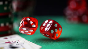 Het rood dobbelt, casinospaanders, kaarten op gevoeld groen Stock Afbeeldingen
