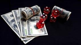 Het rood dobbelt en bankbiljetten Stock Foto