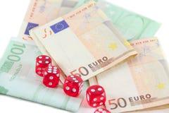 Het rood dobbelt en euro geld Stock Foto's