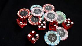 Het rood dobbelt en stapelde van spaanders gewed velen waarde Royalty-vrije Stock Foto's