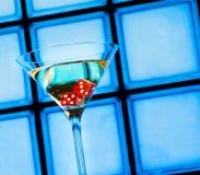 Het rood dobbelt in het cocktailglas, casinoconcept Royalty-vrije Stock Afbeeldingen