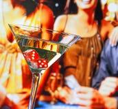 Het rood dobbelt in het cocktailglas voor het gokken van lijst Stock Foto's