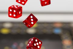 Het rood dobbelt op donkere achtergrond, concept risico, het gokken en kans Stock Fotografie