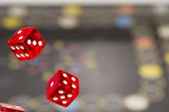 Het rood dobbelt op donkere achtergrond, concept risico, het gokken en kans De ruimte van het exemplaar Royalty-vrije Stock Afbeelding