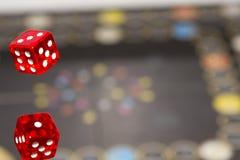 Het rood dobbelt op donkere achtergrond, concept risico, het gokken en kans De ruimte van het exemplaar Stock Afbeelding