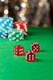 Het rood dobbelt op een casinolijst Royalty-vrije Stock Afbeeldingen