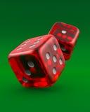 Het rood dobbelt op groen Stock Afbeelding