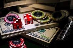 Het rood dobbelt op spaander en dollarrekeningen, casinoconcept stock foto's