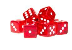 Het rood dobbelt verspreid met verschillende aantallen Stock Afbeelding