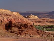 Het rood en de kleuren van Bourgondië van de berghellingen van de Middenatlas, in riviervalleien zijn groene bomen, Marokko Stock Foto