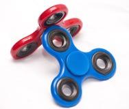 Het rood en het blauw friemelen spinners stock foto