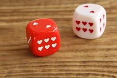 Het rood en het wit dobbelen/kuberen met harten op houten achtergrond Royalty-vrije Stock Afbeelding