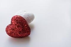 Het rood en het Wit schitteren Harten op een Geweven Witte Achtergrond Royalty-vrije Stock Foto