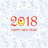 Het rood 2018, Gelukkig Nieuwjaar van de typografiebanner Blauw sneeuwvlokkenkader, hulstkroon, gele grappige leuke hond Royalty-vrije Stock Fotografie