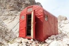 Het rood kampeert schuilplaatshut Bivacco DE Toni in Sexten-Dolomietbergen in Zuid-Tirol Royalty-vrije Stock Fotografie