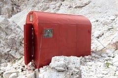 Het rood kampeert schuilplaatshut Bivacco DE Toni in Sexten-Dolomietbergen in Zuid-Tirol Stock Afbeeldingen