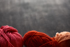 Het rood, nam en oranje ballen van garen toe Royalty-vrije Stock Afbeeldingen
