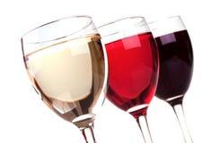 Het rood, nam en witte wijn in een wijnglazen toe Stock Foto