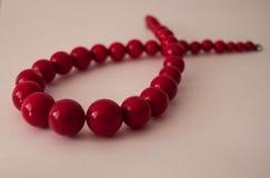 Het rood parelt halsband royalty-vrije stock afbeeldingen