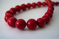 Het rood parelt halsband stock afbeeldingen