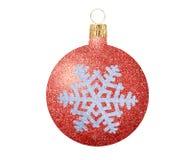 Het rood schittert Kerstmisbal met sneeuwvlok op wit wordt geïsoleerd dat Stock Foto's