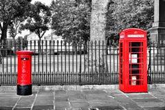 Het rood van de postbustelefooncel Royalty-vrije Stock Afbeeldingen