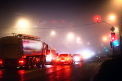 Het rood van de stadsauto's van de nachtmist Stock Fotografie