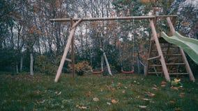 Het rood van kinderen slingert het eenzame slingeren in de wind stock video