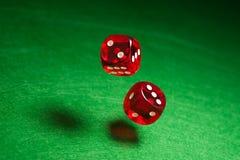 Het rood van Rolling dobbelt Stock Foto's