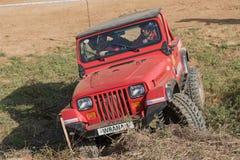 Het rood van wegauto overschrijdt het moeilijke terrein Stock Fotografie