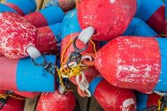 Het rood, wit en het blauw maken een patriottische kleurrijke stapel van zeekreeftboeien stock afbeeldingen