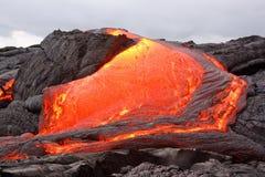 Het roodgloeiende lava stromen Royalty-vrije Stock Foto
