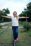 Het roodharige meisje is 5 jaar op de sporen met zijn h Royalty-vrije Stock Foto's
