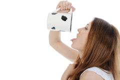 Het roodharige meisje drinken van een mok. Stock Afbeelding