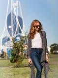 Het roodharige meisje loopt in het Park Royalty-vrije Stock Fotografie