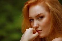 Het roodharige meisje met een weemoedige blik Stock Afbeeldingen