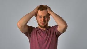 Het roodharigemannetje toont het voelen van verkeerd besluit stock videobeelden