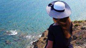 Het roodharigemeisje kijkt van een heuvel op de Middellandse Zee in Phaselis Stad van oude Lycia Turkije stock videobeelden