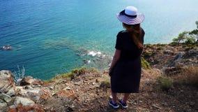 Het roodharigemeisje kijkt van een heuvel op de Middellandse Zee in Phaselis Stad van oude Lycia Turkije stock video