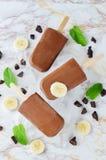 Het roomijs van de chocoladebanaan met banaanplakken, munt en bevriest Stock Afbeelding