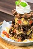 Het roomijs van de wafelchocolade met bovenste laagjevruchten en ranselt room stock afbeeldingen