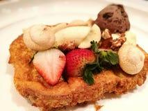Het roomijs van het dessertbrood met fruit Stock Afbeelding