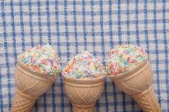 Het roomijs vormde hoge calorie zoete snack stock foto's