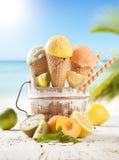 Het roomijskegels van de aardbei, van de chocolade, van de vanille en van de pistache over witte achtergrond Royalty-vrije Stock Foto