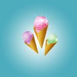 Het roomijskegels van de aardbei, van de chocolade, van de vanille en van de pistache over witte achtergrond Stock Foto