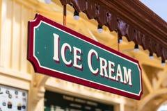 Het roomijskegels van de aardbei, van de chocolade, van de vanille en van de pistache over witte achtergrond Royalty-vrije Stock Foto's