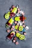 Het roomijskegels van de aardbei, van de chocolade, van de vanille en van de pistache over witte achtergrond Royalty-vrije Stock Afbeelding