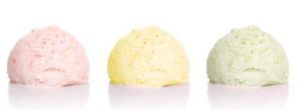 Het roomijskegels van de aardbei, van de chocolade, van de vanille en van de pistache over witte achtergrond gember Groene thee S Stock Foto's