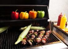 Het roosteren kebabs en graan-1 Royalty-vrije Stock Afbeeldingen