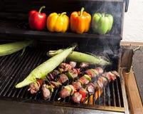 Het roosteren kebabs en graan-2 Royalty-vrije Stock Fotografie